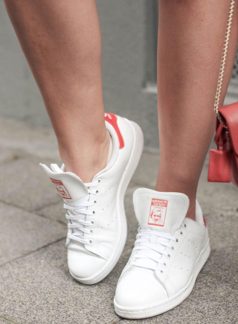 Jeansrock Stylen mit Adidas Stan Smith Sneaker_ (7)