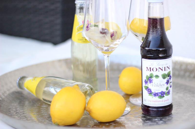 Veilchenspritzer Cocktail Rezept Sommergetränk Partygetränk Monin Veilchen Sirup_2-2