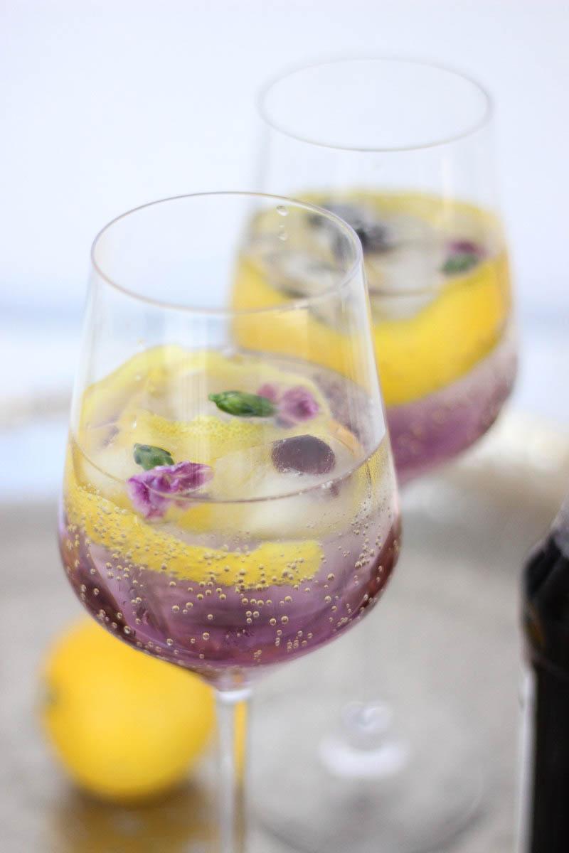 Veilchenspritzer Cocktail Rezept Sommergetränk Partygetränk Monin Veilchen Sirup_5-2